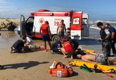Em ato de bravura, policiais militares salvam ocupantes de gaiola que capotou na beira-mar em Quintão